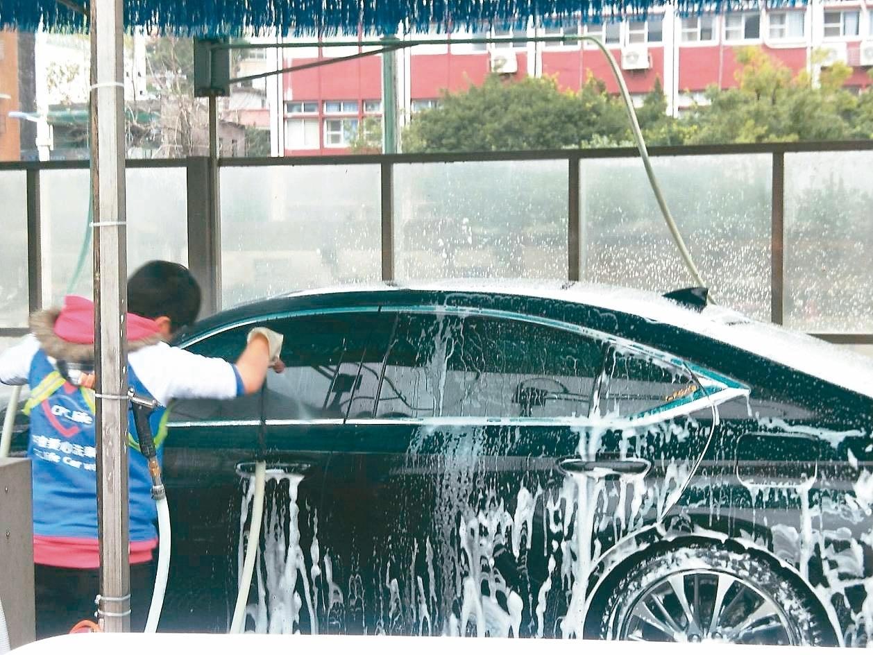 春節將屆,基隆各地洗車、打臘業者忙翻。記者游明煌/攝影