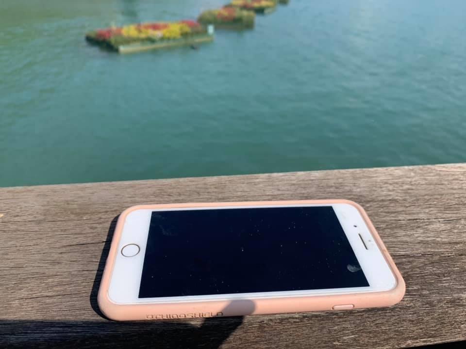 新竹市彭姓市民偕妻遊日月潭,手機失手掉落潭裡,熱心居民潛水協助找回,手機仍在待機狀態。圖/彭姓讀者提供