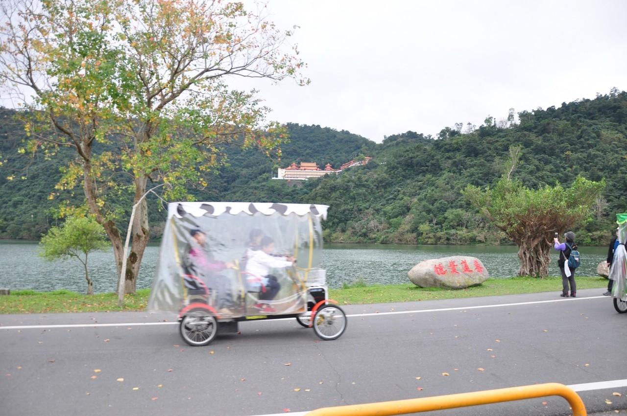 宜蘭冬山鄉梅花湖的電動車多次撞傷人,連行人都怕怕。鄉公所這次鐵了心,下令從2月1日起禁行電動車。 圖/記者戴永華攝影