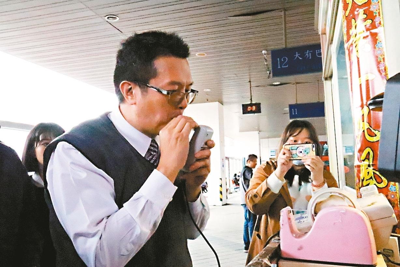 勞動部20日春安勞檢板橋客運站,針對7家國道客運業者進行檢查及關懷工作情況。圖/記者胡瑞玲攝影