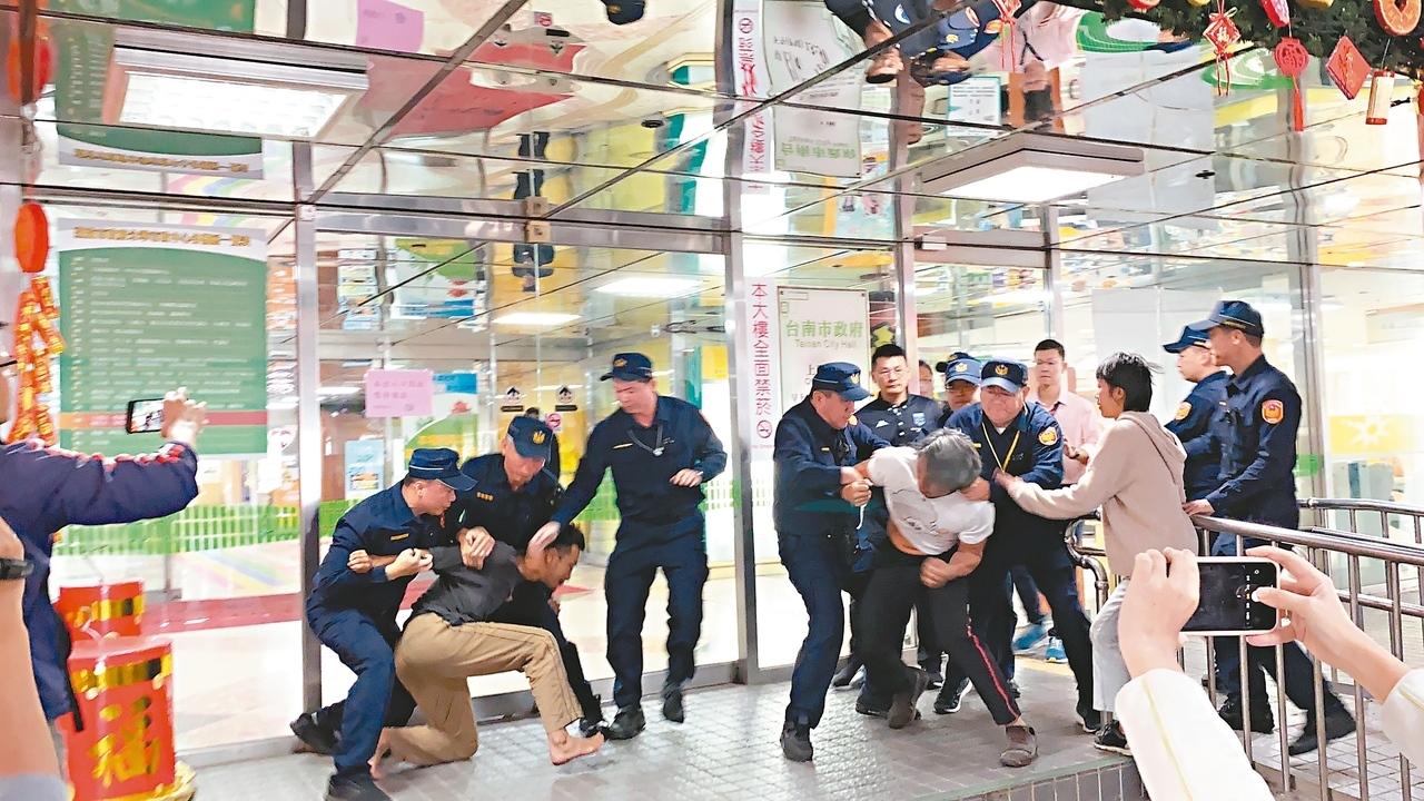 反西港外環道不當開闢自救會昨天到台南市永華市政中心抗議,試圖突破警力防線到市長室陳情,遭警方攔阻。 記者鄭維真/攝影