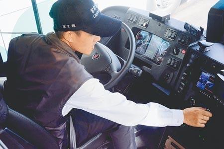 首都客運駕駛,行前檢查車輛安全。圖/記者王志偉攝影