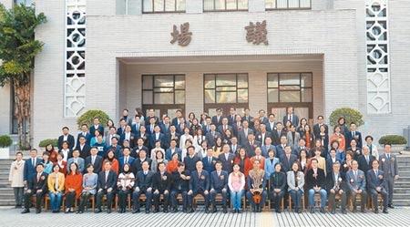 新一屆立委1日在立法院報到宣誓就職後,於議場前合影留念。圖/記者姚志平攝影