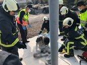 男騷擾乘客爬火車遭電擊 驚險畫面曝光!
