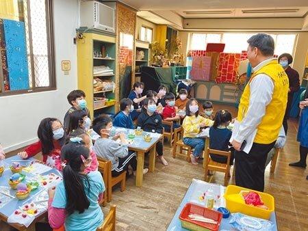 開學延後,部分家長只能將幼兒送往安親班,台南市教育局長鄭新輝稽查安親班,學生上課一律戴口罩。(曹婷婷攝)