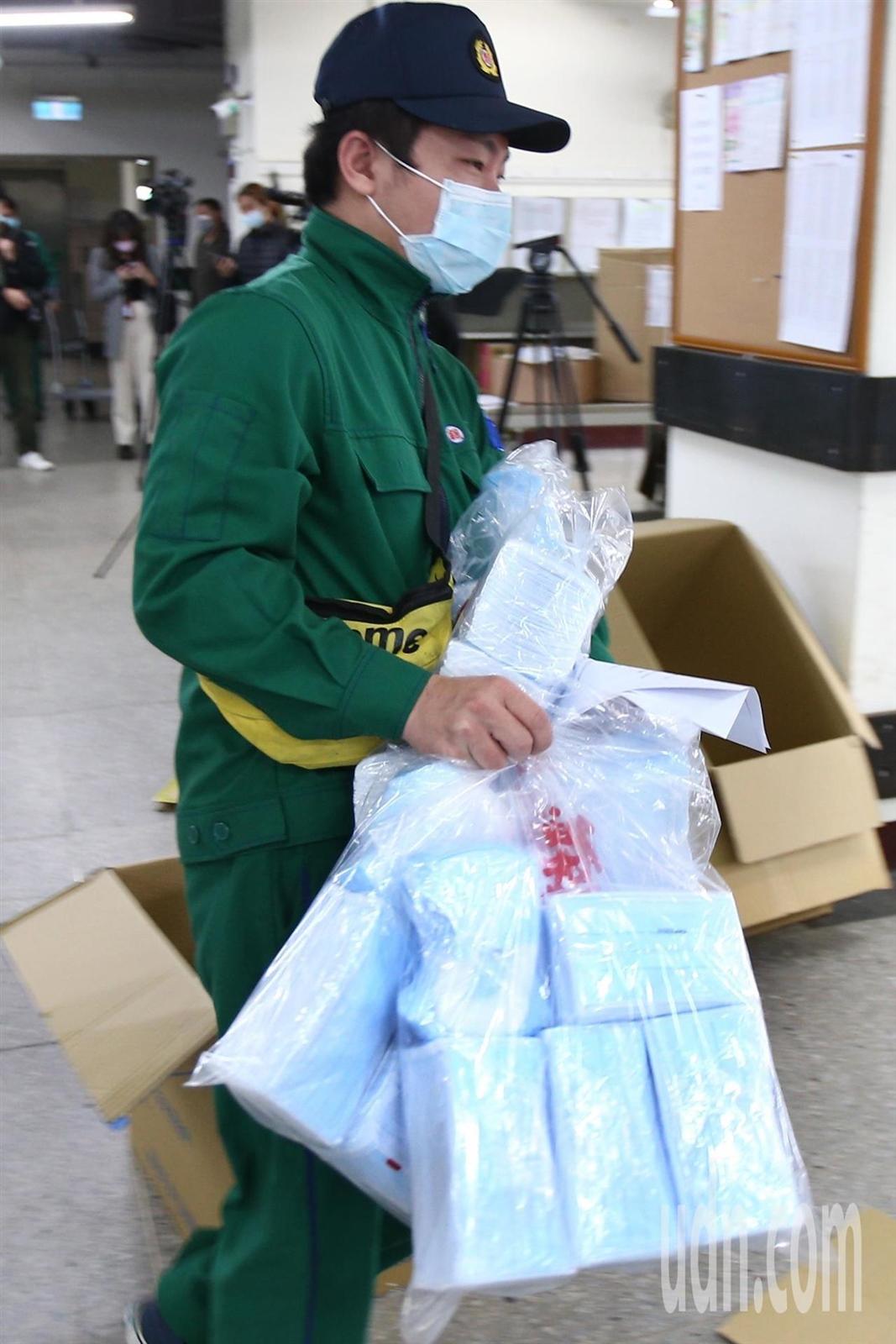 中華郵政公司5日協助配送口罩。 圖/記者蘇健忠攝影