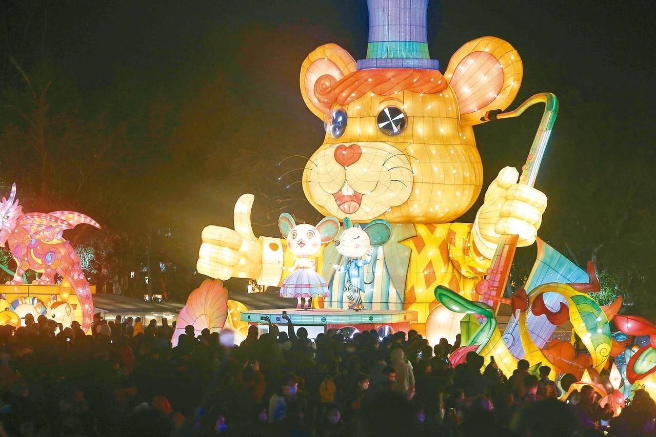 2020台灣燈會8日晚間開幕,許多民眾一起在鼠年主題燈區拍照留念。 記者黃仲裕/攝影