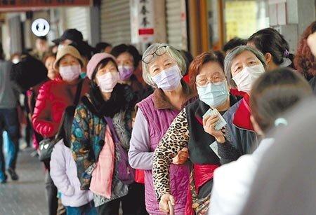 肺炎疫情來襲,我國生產、消費及投資均受到衝擊,為今年經濟成長投下不小變數。圖為民眾排隊購買口罩的畫面。圖/本報資料照片