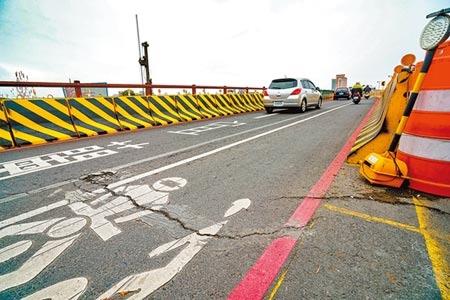 宜蘭橋改建期間原橋兩側搭設便橋供用路人通行,因為時常下雨讓便橋路面容易產生坑洞與龜裂。圖/記者李忠一攝影