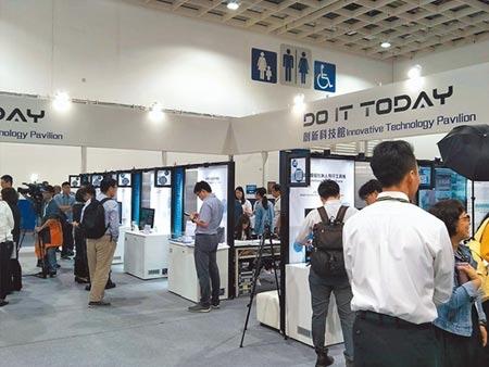 台北國際電子產業科技展建構五大主題館,展示未來智慧科技新風貌;圖為「DO IT Today創新科技館」吸引不少參觀人潮。圖/黃志偉