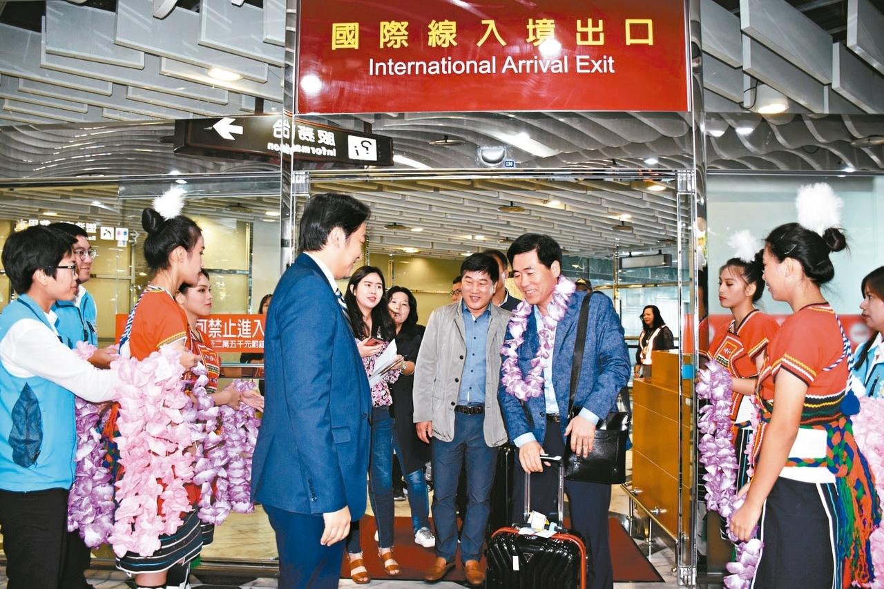 花蓮市公所與姐妹市韓國蔚山廣域市合作包機直航,首航搭載韓國客121人,為花蓮觀光注入強心針。記者王思慧/攝影
