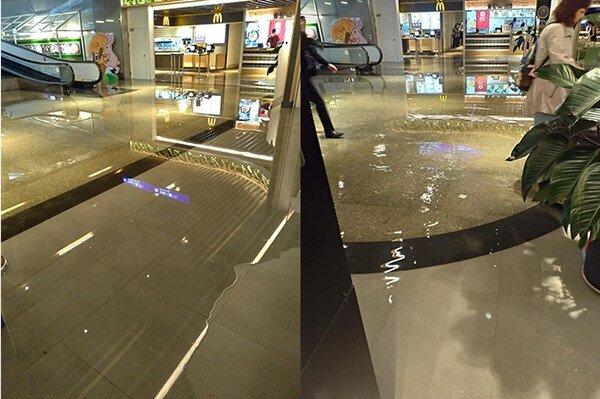 桃機二航廈B2美食街19日上午出現大面積積水,讓旅客舉步維艱。圖/取自PTT八卦版