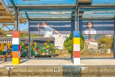 內灣線鐵道美術館開幕,日籍攝影師近藤悟拍攝的竹東站長等人,也成為藝術裝置作品。圖/記者羅浚濱攝影