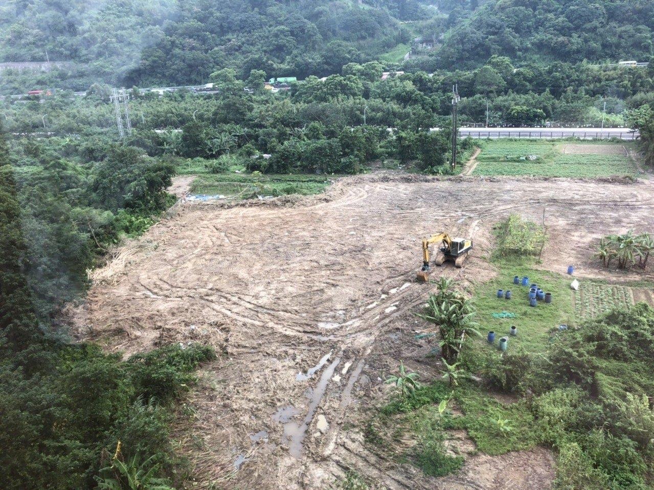 新北市工務局昨查獲福田路旁一處3328坪農地被業者違法開挖興建停車場,今再度前往現場會勘。圖/新北市工務局提供