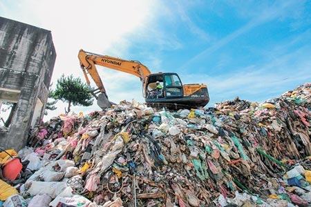 梨山福壽山垃圾轉運站累積達600噸的垃圾量,宛如一座巨形垃圾山。(盧金足攝)