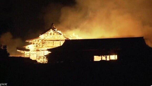 世界文化遺產「首里城」31日清晨發生大火,火勢延燒逾5小時,正殿、北殿和南殿全燒盡。圖/取自NHK新聞畫面