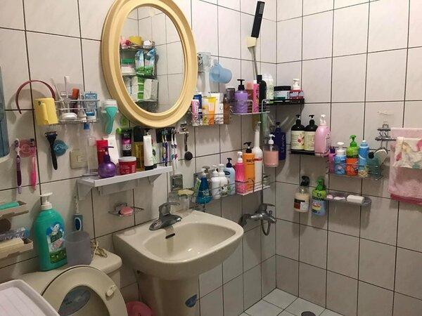 網友在臉書社團分享自家浴室照,沒想到亂中有序的收納方式和多達70件的清潔用品,成了討論話題。圖/取自爆廢公社