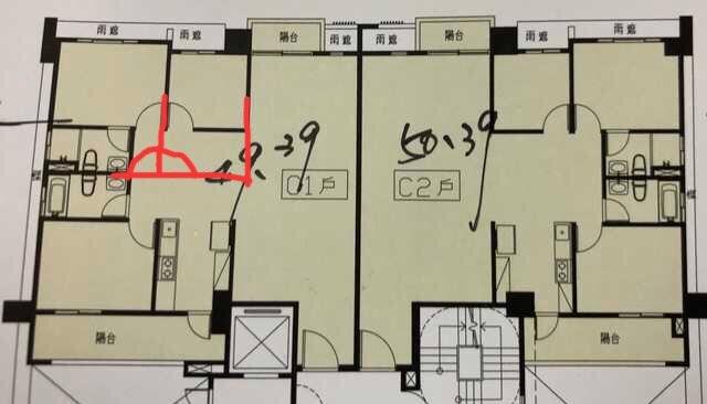 網友提出解法,將主臥與相鄰臥室牆壁多做出來。圖/摘自PTT
