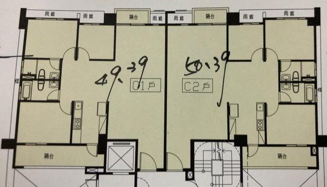 平面圖兩戶都屬於正方形格局,卻因隔間規畫不佳浪費了正中間的坪效。圖/摘自PTT