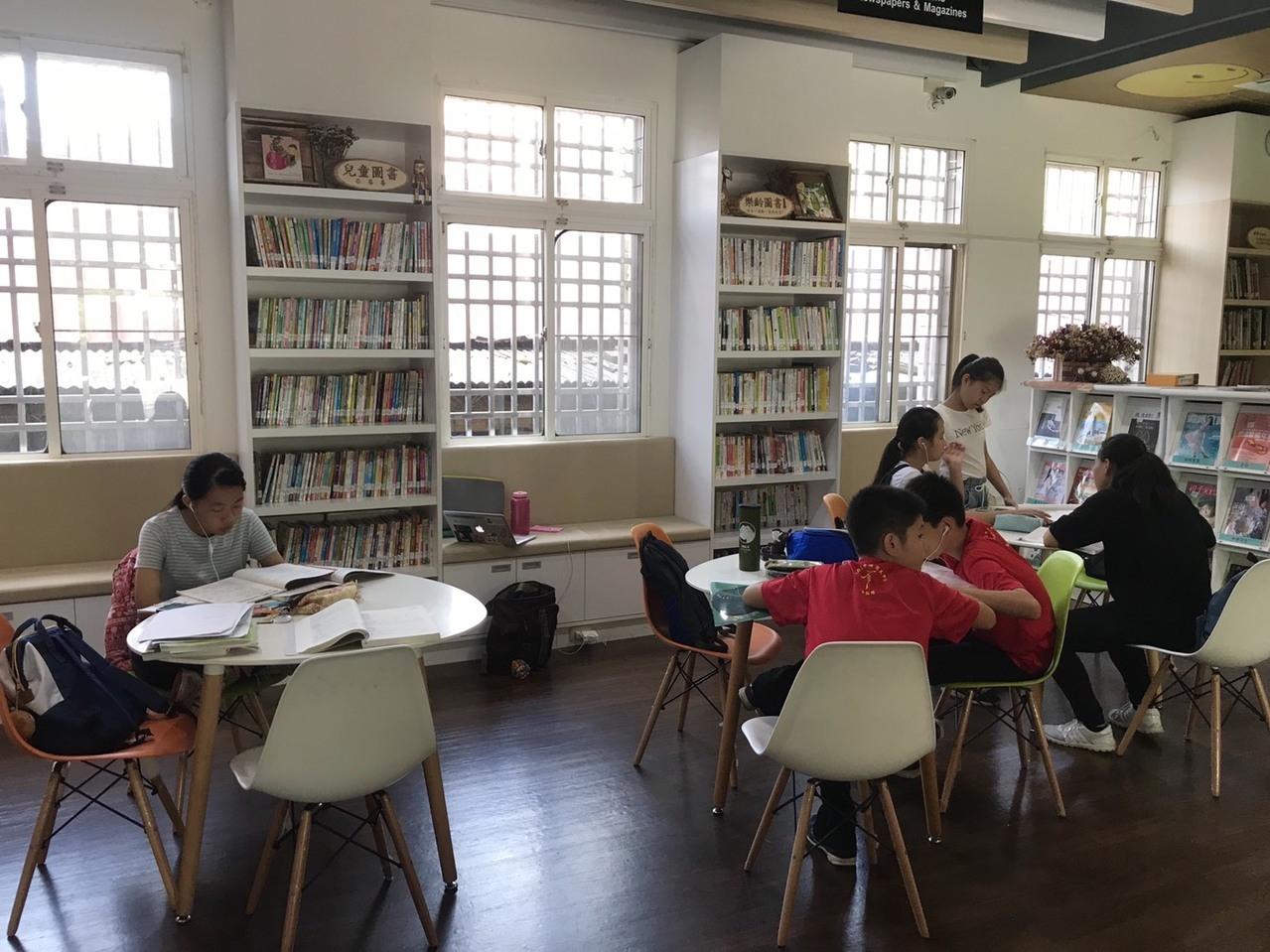 中埔鄉立圖書館自去年整修後環境明亮舒適,但一樓座位區供學生自習空間減少許多。圖/記者黃晴雯攝影