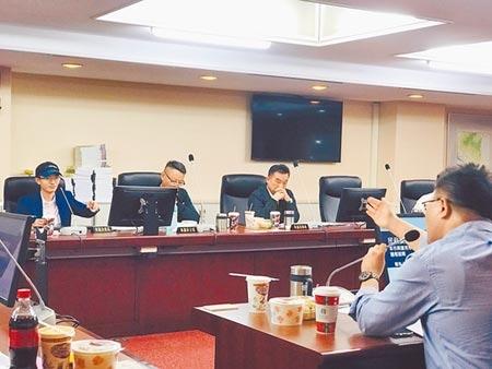 北市預計與捷克布拉格締結姊妹市,泛藍議員認為議約文件內容「The City Of Taipei,Taiwan(台灣台北)」有疑慮,討論是否改用R.O.C(中華民國),不過最後北市議會民政委員會11日仍決議維持台灣台北。(張穎齊攝)