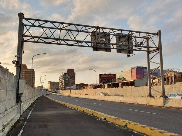 新北市市警局經過評估,台64線快速道路和新店環河路,將實施區間測速,快明年初上路。圖/新北市警局提供