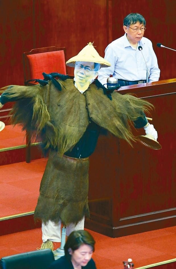 議員王世堅總質詢時,在市長備詢台前放置稻草人,痛批柯文哲(右)過去的信仰、理念全都崩壞,成了無知覺的稻草人。 圖/記者杜建重攝影