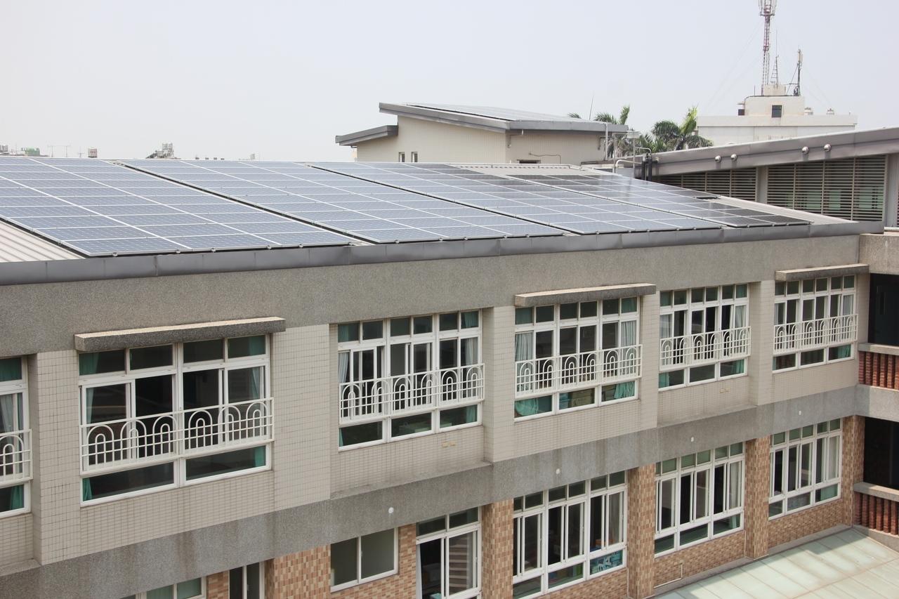 彰化縣政府進行校園種電,在校舍屋頂裝太陽能板,全校已有195所學校參與,種電綠金全數回饋學校自由使用。記者林宛諭/攝影