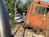 交通中斷近3小時!轎車疑闖平交道遭阿里山林鐵列車撞上