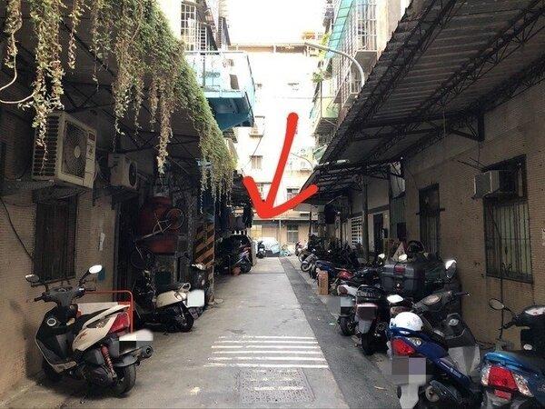 一名網友的父親因為中風打算搬到不用爬樓梯的房子,但經人介紹一間無尾巷的房子卻讓他很猶豫。 圖/翻攝自mobile01