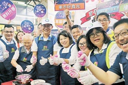 嘉義市長黃敏惠(前排左四)在東市場體驗製作魚丸。圖/記者張毓翎攝影