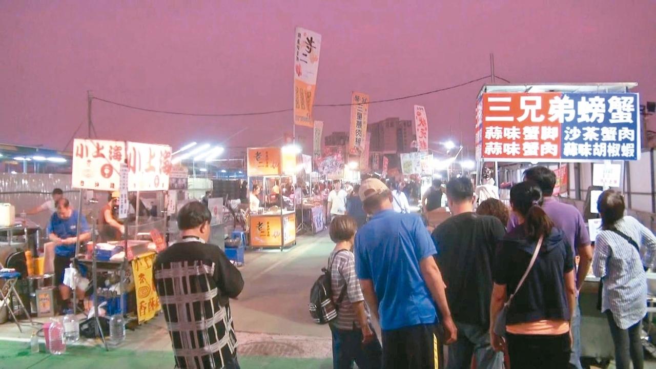 高雄勞工夜市攤商移至凱旋青年夜市重起爐灶,昨晚開張,已有不少攤商前往試水溫。 記者王昭月/攝影