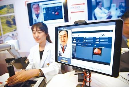 遠傳電信20日宣布攜手三大醫學中心,啟動國內第一個5G遠距離診療前瞻計畫,記者會上,展示透過5G技術進行遠端診療的過程。(陳信翰攝)