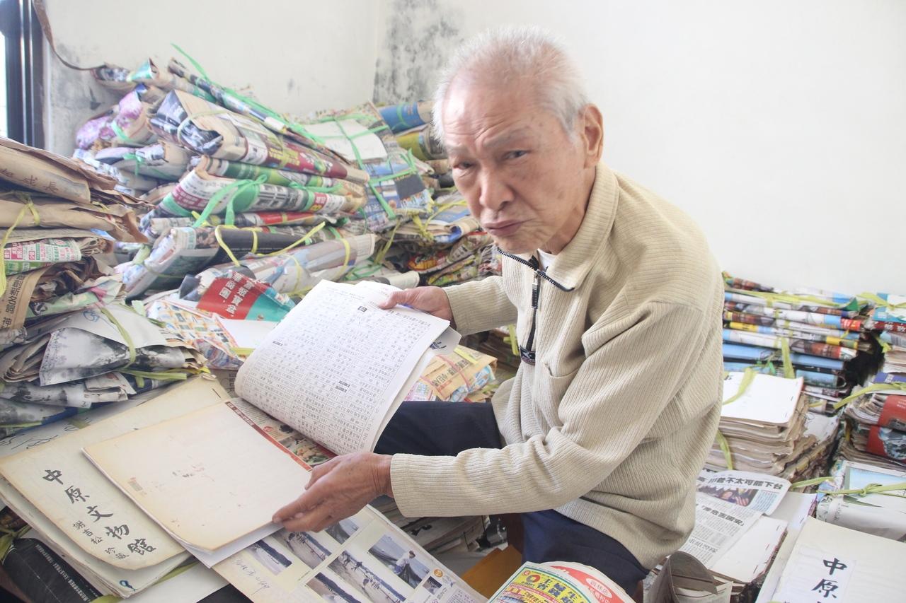 80歲謝吉松60多年來剪報不輟,蒐藏堆滿房間。記者林敬家/攝影