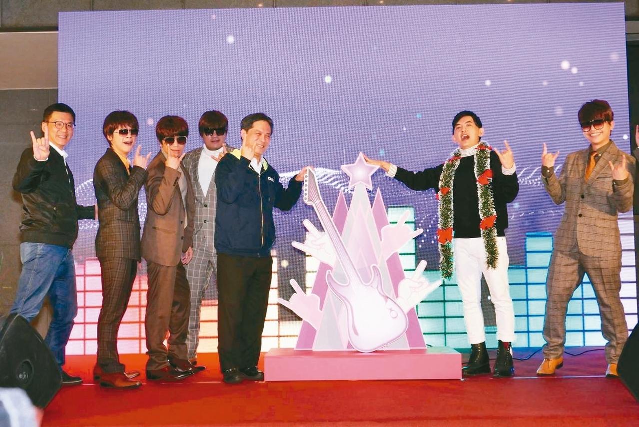 新北歡樂耶誕城巨星演唱會12月14、15日登場,昨天公布卡司,將由蕭敬騰、鄧紫棋接力壓軸。 記者施鴻基/攝影