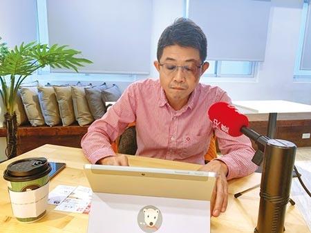 淡江大學運輸管理學系教授張勝雄25日下午指出,連署32小時,已破880人。(潘千詩攝)