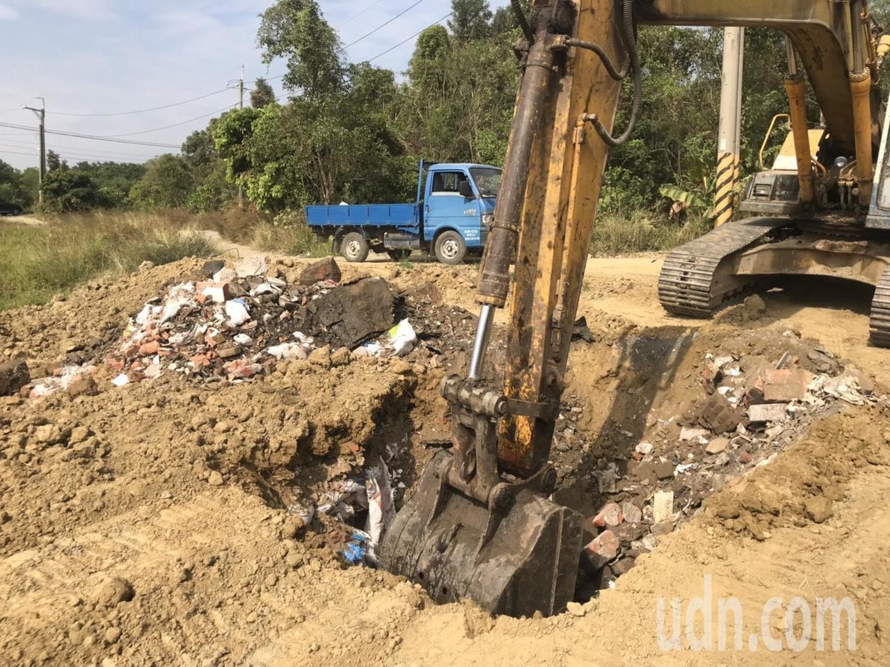 挖土機挖不到一米深,即看見許多磚塊、麻布袋、玻璃瓶等物品,研判是建築廢棄物。記者黃晴雯/攝影