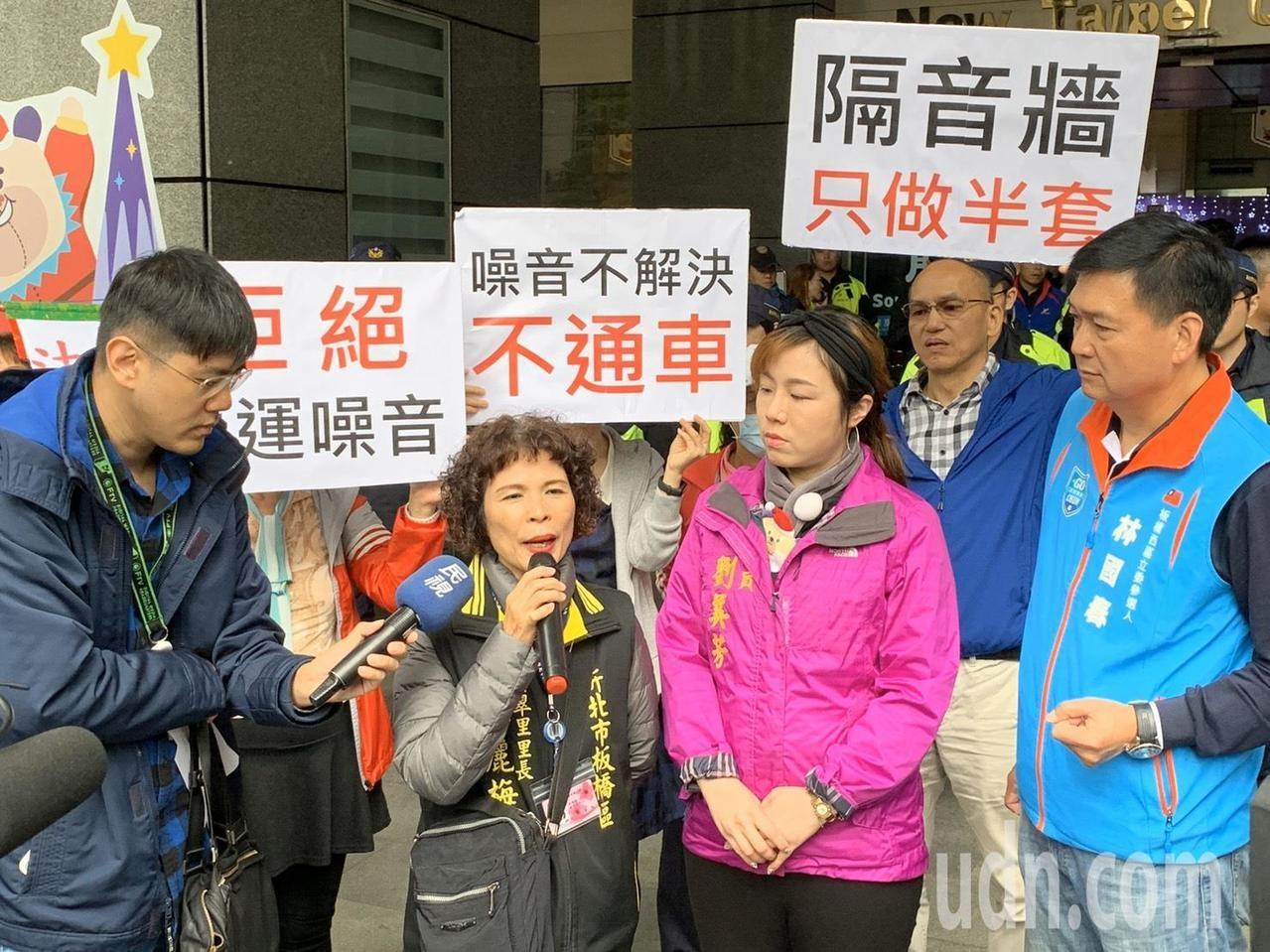 板橋民生路周遭社區住戶抗議長期受噪音所苦,28日上午到新北市政府遞交陳情書。圖/記者張曼蘋攝影