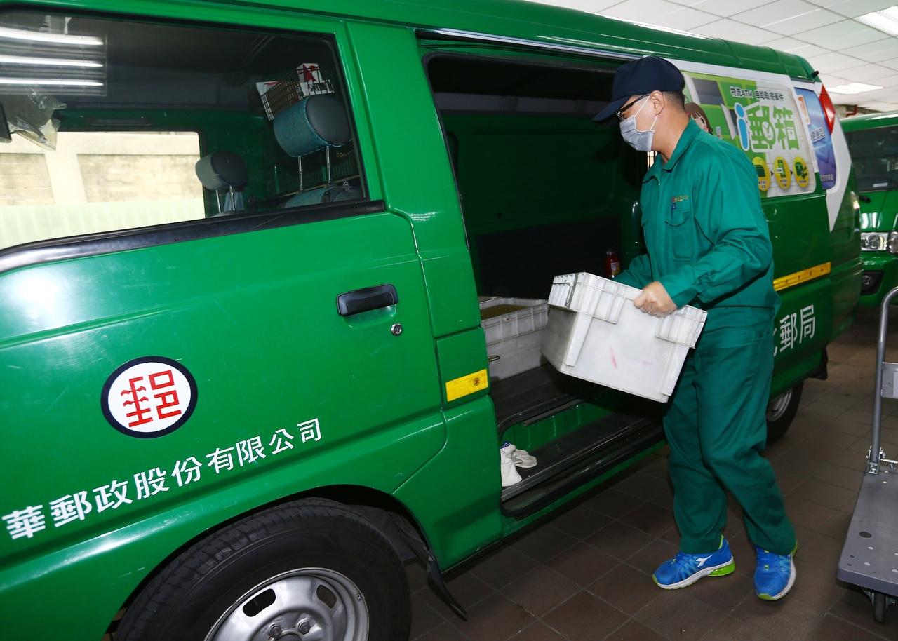 中華郵政公司今(24)日宣布,自明(25)日起調整存款利率,其中,2年期定儲機動利率由1.095%降至0.845%。本報系資料照/記者杜建重攝影