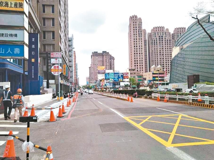 桃園區中正路在莊敬路口至慈文路口段施作捷運綠線地下段工程,周邊店家生意受衝擊。 記者張裕珍/攝影
