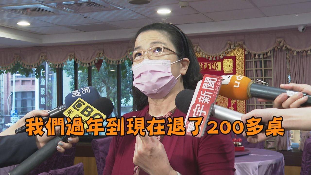 受疫情衝擊,經營超過50年的老字號餐廳業者說,從過年疫情開始到現在客人已退訂了200多桌,現在只要店開門每天至少燒15萬以上。記者陳煜彬攝影