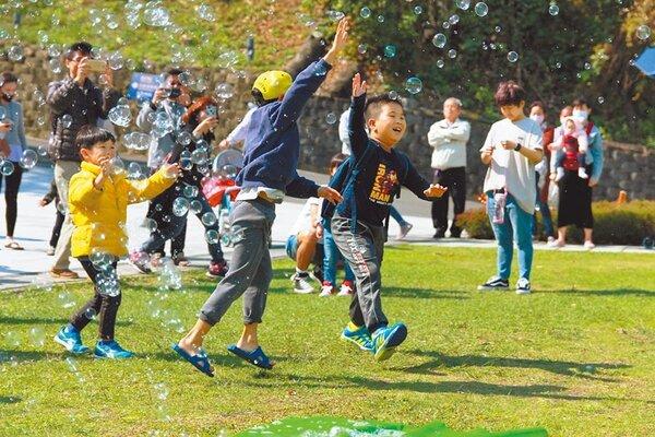 南瀛天文館於兒童連假推出一系列以火箭為主題的活動,圖為魔術泡泡秀。(台南市教育局提供/曹婷婷台南傳真)