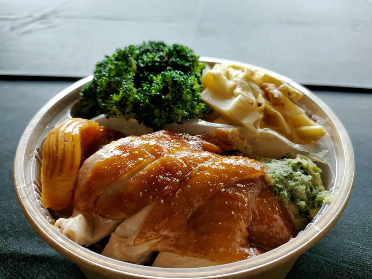 台中市頂級粵菜餐廳「与玥樓」推出玫瑰油雞飯便當。記者黃寅/攝影