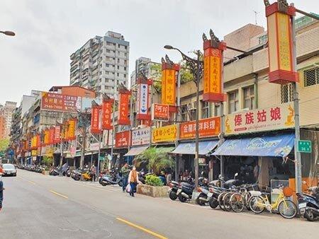 新北市中和區華新街有「緬甸街」之稱,由於潑水節改為線上舉辦也衝擊當地店家生意。(葉書宏攝)