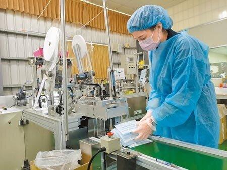 位於嘉義縣朴子市的昭惠實業公司配合防疫政策,增設2台國家隊產製的口罩機台。           (張毓翎攝)