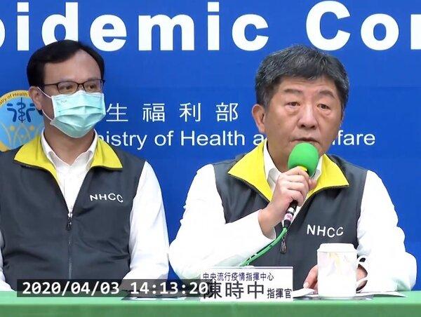 疫情指揮中心指揮官陳時中說明,3日新增本土個案中一名40多歲女性曾與確診女保全無罩交談20分鐘。圖/截自疾管署YouTube