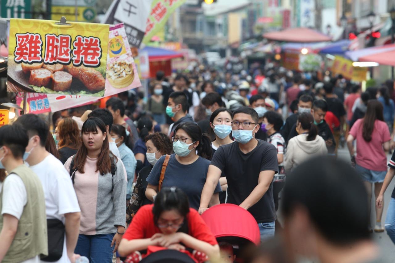 疫情當前,民眾可能悶壞了,今天高雄旗山老街擠滿人潮。記者劉學聖/攝影