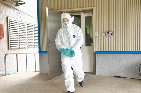 桃園市2居家檢疫者陳屍家中,法醫4日前往採集鼻腔檢體,禮儀公司人員也穿上防護裝備,陪同法醫採檢。(賴佑維攝)