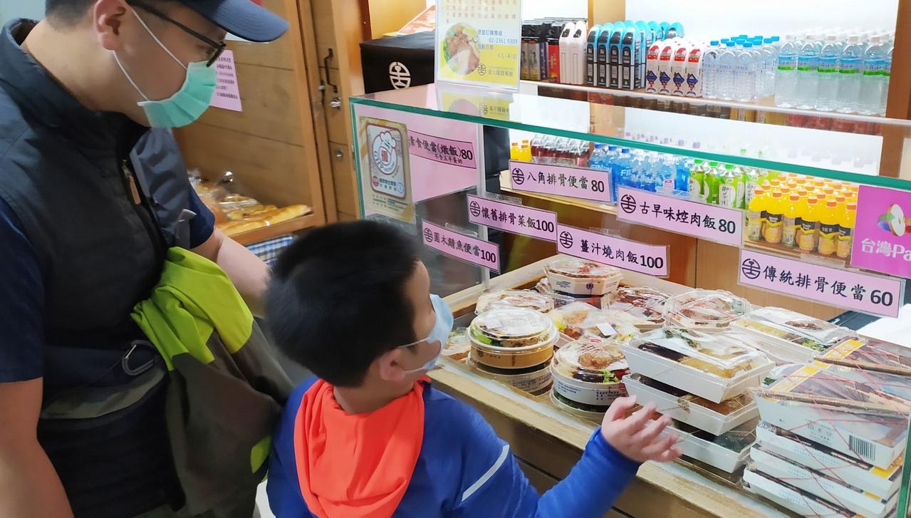 台鐵暫停在列車上販售便當、飲料,但車站內仍會販售。記者林俊良/攝影