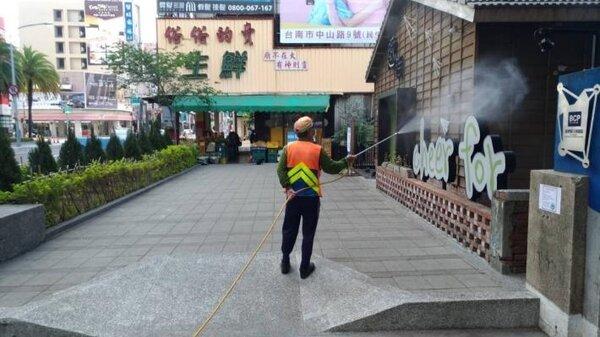 清明假期進入尾聲,南市府針對重點地方全面進行消毒。圖/台南市政府提供